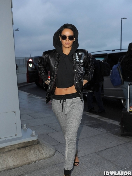 Rihanna-Heathrow-Airport-7-435x580